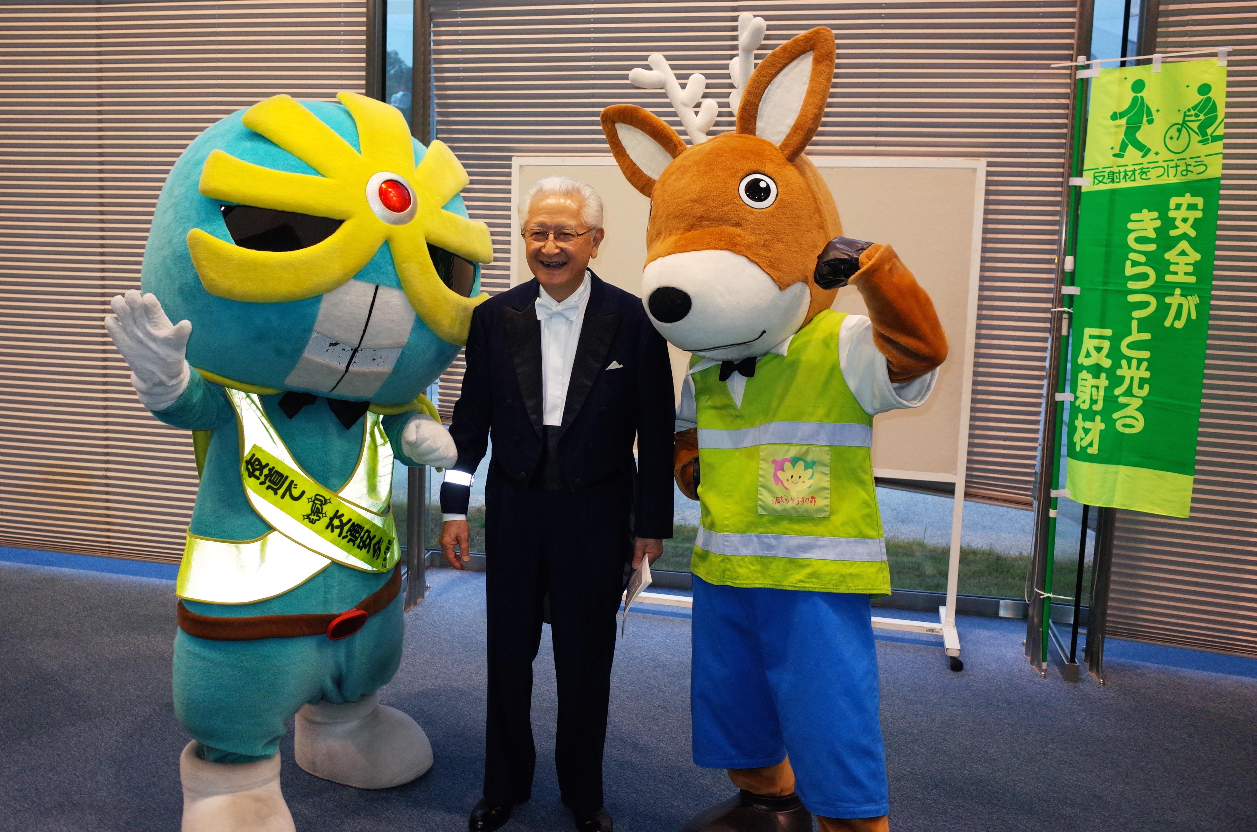 秋山音楽監督と『キラリ☆マン』(左)&『もしか』(右)          秋山先生の右腕にご注目!
